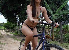 Gostosa na bicicleta de biquíni