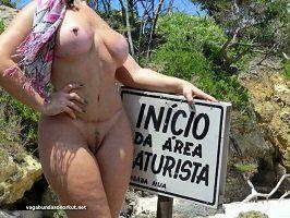 Loira exibicionista nua na praia