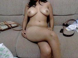 Minha esposa nua no sofá