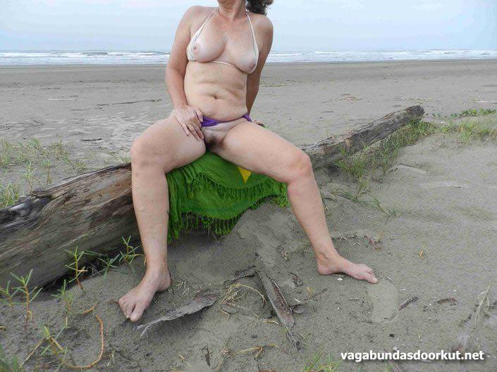 Coroas nuas na praia