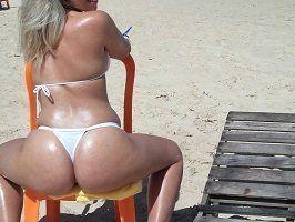 Gostosa de biquíni fio dental na praia