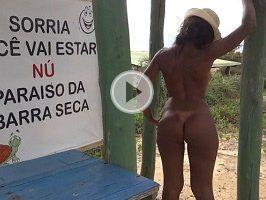 Mulata gostosa pelada na praia de nudismo