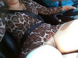 Casada gostosa sem calcinha no carro