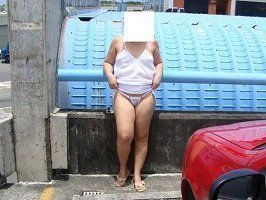 Esposa exibicionista de calcinha na rua
