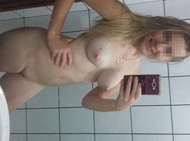 Ninfeta loirinha gostosa peladinha no banheiro