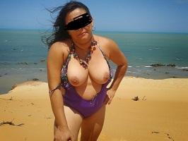 Gordinha casada gostosa se exibindo na praia