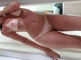 Magrinha gostosa bronzeada em fotos amadoras nuas