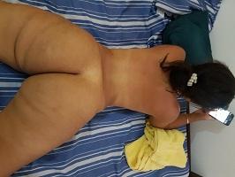 Morena bunduda se exibindo pelada em fotos caseiras