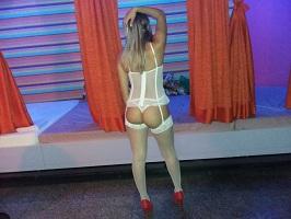 Loira caseira em fotos se exibindo de lingerie