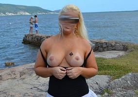 Loira safada exibida mostrando os peitos grandes