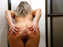 Loira sarada gostosa exibindo o cuzinho no banheiro