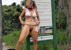 Coroa gostosa se exibindo pelada na praia do Pinho
