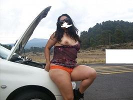 Exibicionismo da esposa quase nua na estrada
