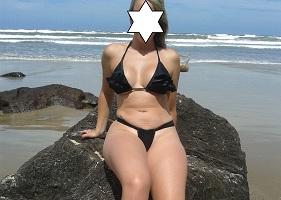 Loira gostosa de biquíni na praia