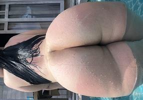 Gordinha peituda e rabuda nua na piscina